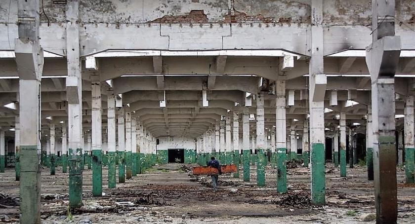 Inwestycje, Dawna fabryka traktorów tutaj powstają nowoczesne osiedla mieszkaniowe starymi halami - zdjęcie, fotografia